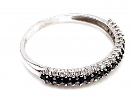 Eternity prsten z bílého zlata lemovaný zirkony s dominantním černým středem (Velikost prstene 59 mm)