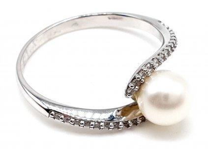 Krásný bílý zlatý prsten zdobený přírodní perlou a zirkony (Velikost prstene 53 mm)