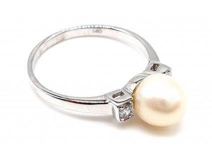 Stříbrný prsten s perlou obklopenou zirkony (Velikost prstene 53 mm)