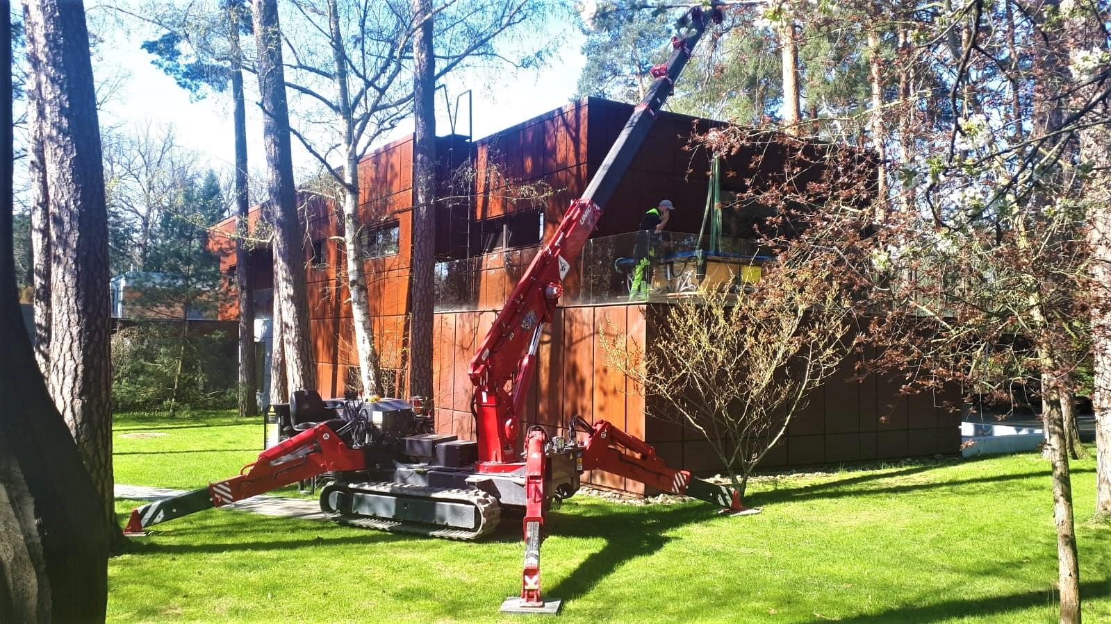 Minijeřáby UNIC instalují balkony i vířivky