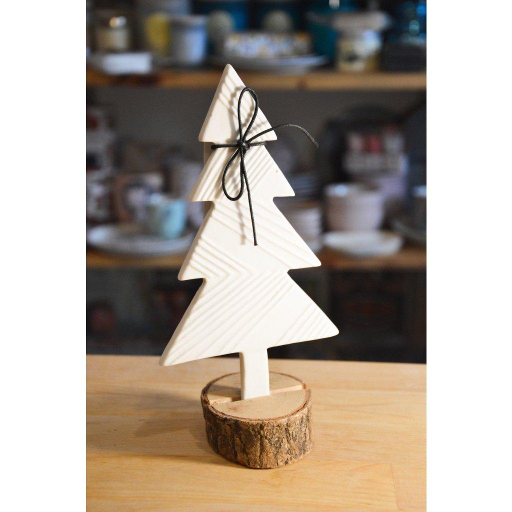 Keramický stromeček s dřevěným podstavcem