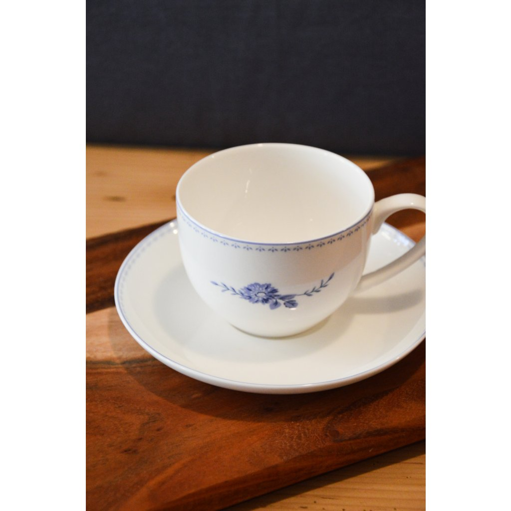 Porcelánový šálek bílý s podšálkem Modrý květ