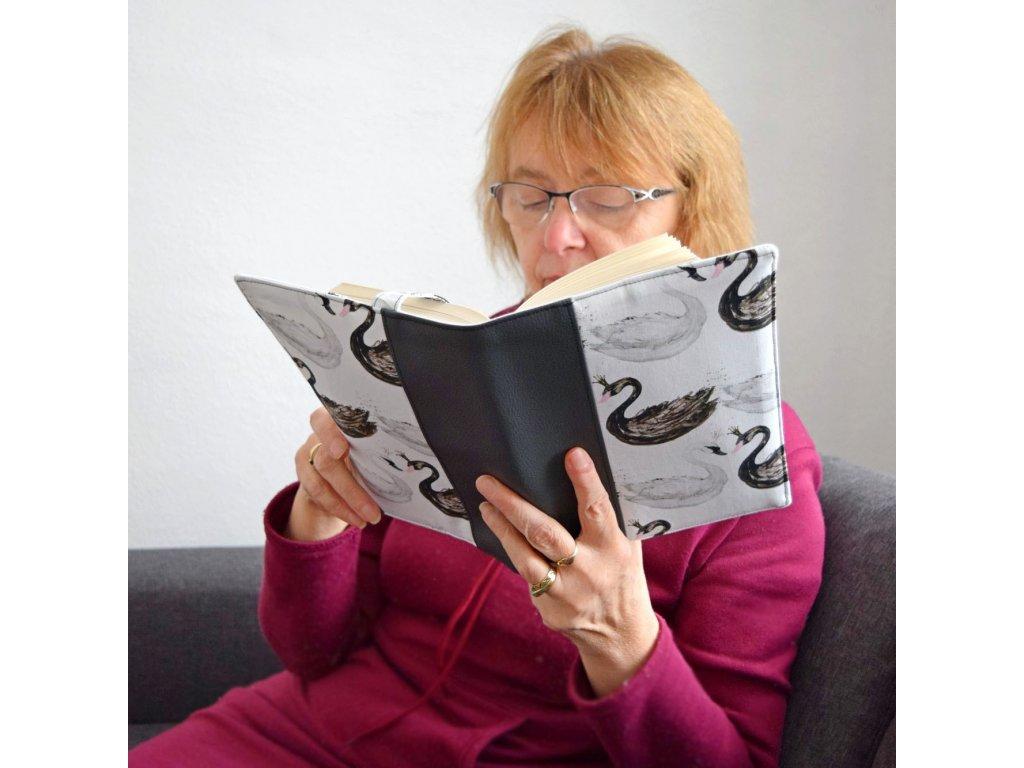 Obal na knihu - labutě