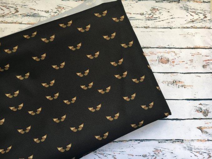 Zlatá křídla na černé