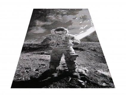Kusový koberec Soho 22 Kosmonaut na měsíci šedý