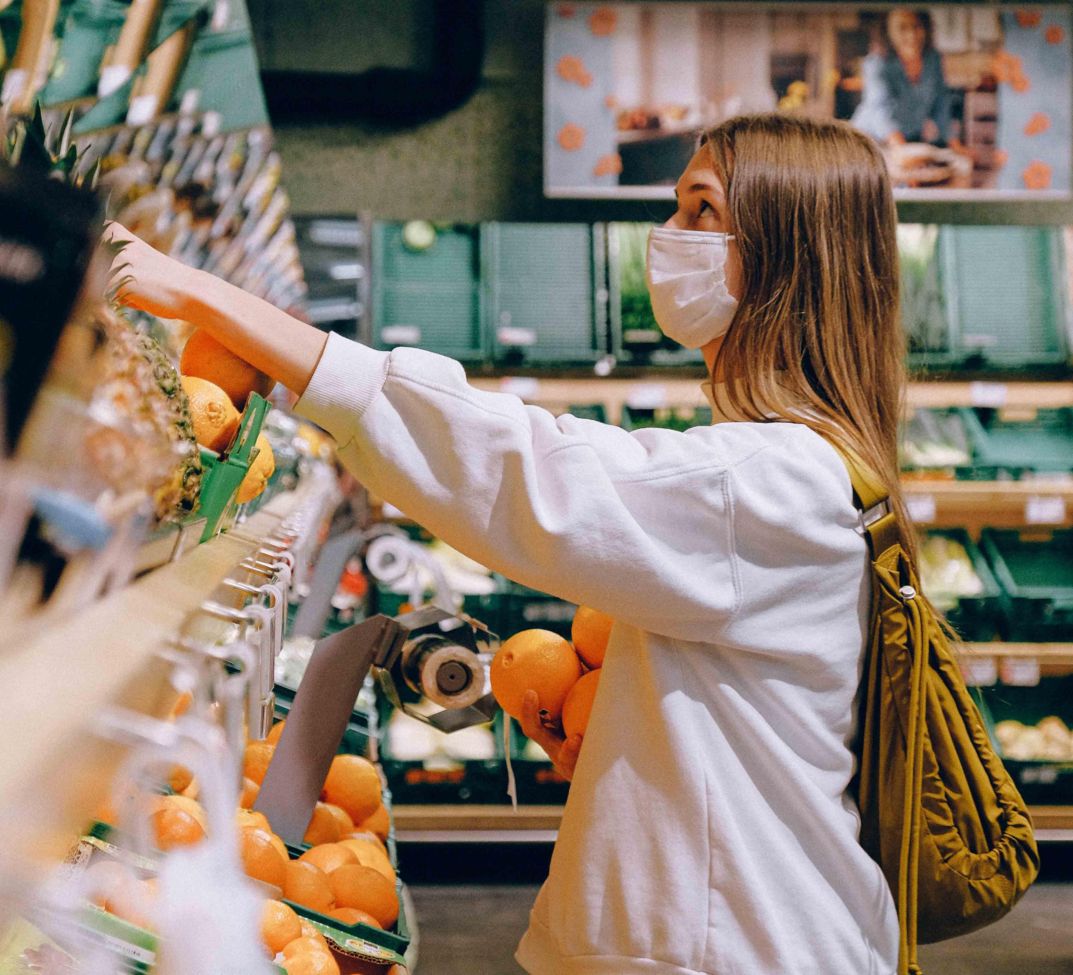 žena-s-rúškou-nakupujúca-v-obchode-kociky.sk