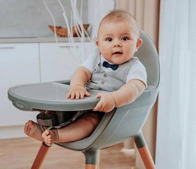 dieťatko-sediace-v-jedálenskej-stoličke-kociky