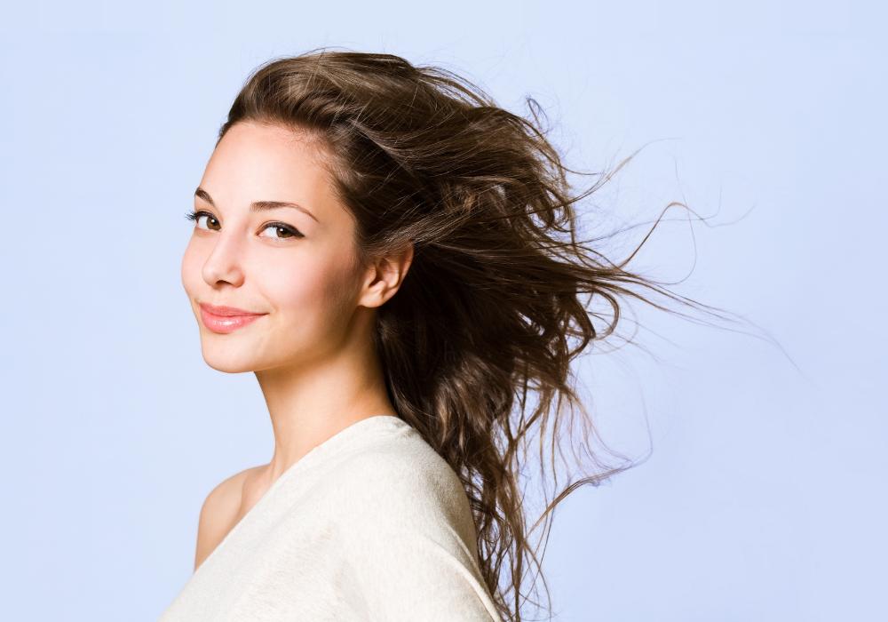 Kolagén podporuje rast vlasov a spomaľuje tvorbu šedín