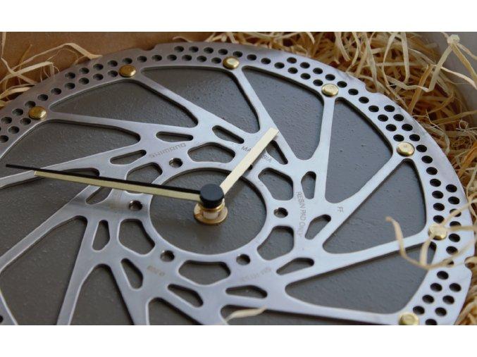 drevene hodiny darek pro cyklistu