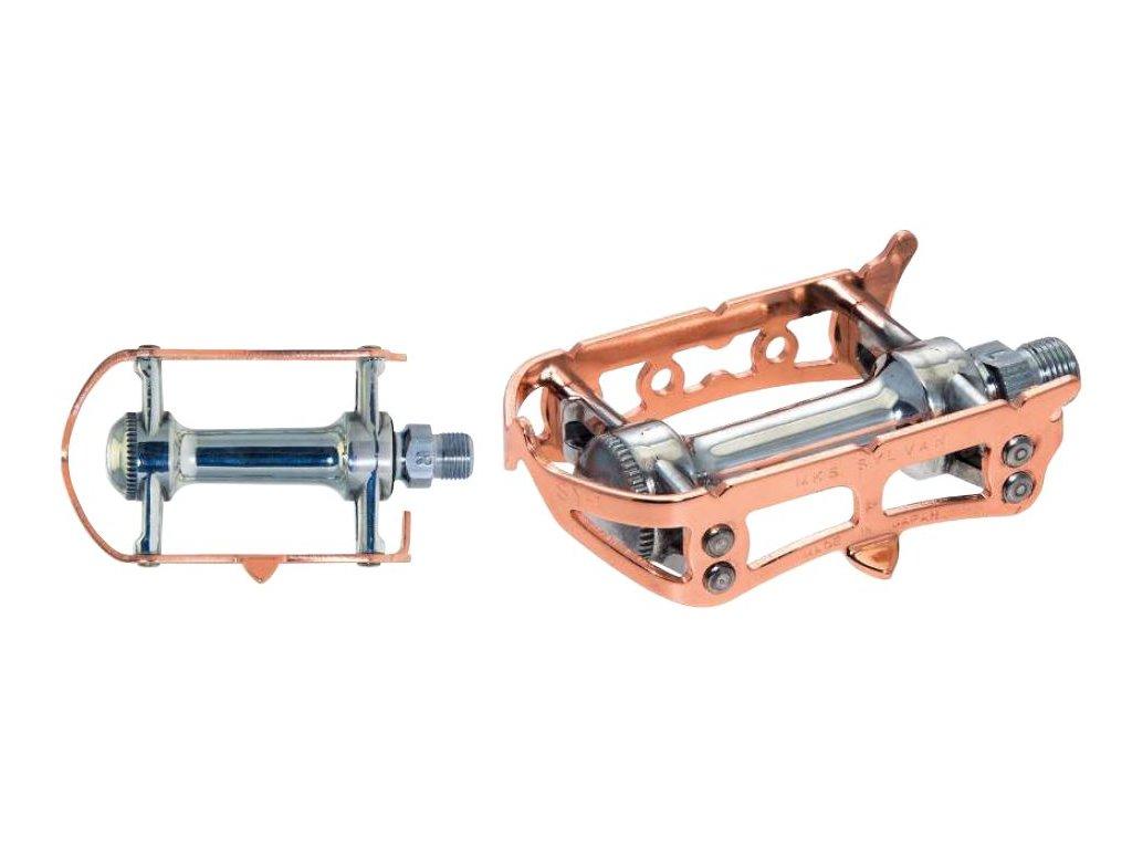 Pedály MKS ROAD COPPER Rámečkové VINTAGE pedály se stříbrným tělem a rámečky v barvě mědi, především na silniční, neo-retro a fixgear kola. Pedály stylizované do vzhledu pedálů používaných na starých sportovních a závodních kolech. Pedály jsou vyrobeny v Japonsku.