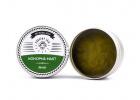 Konopné masti čistá a kostivalova v rukách konopného táty při sklizni konopného pole
