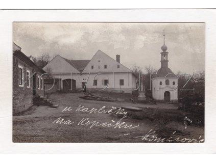 Komárovice náves kaple ČB real foto Kelč Vsetín 1a