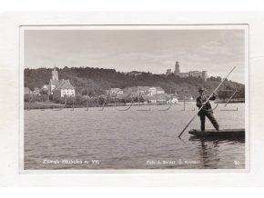 Hluboká nad Vltavou rybník postava na loďce ČB foto J. Seidel zámek č. 71 1a