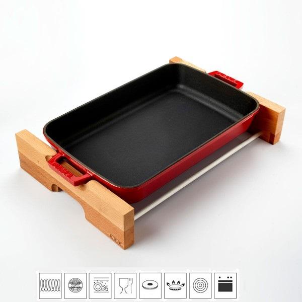 LAVA METAL Litinový pekáč 22x30cm s dřevěným podstavcem - červený
