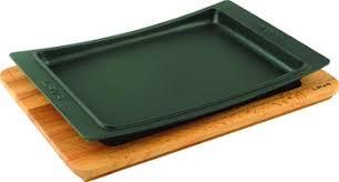 LAVA METAL Litinový talíř 36x24 cm s dřevěným podstavcem