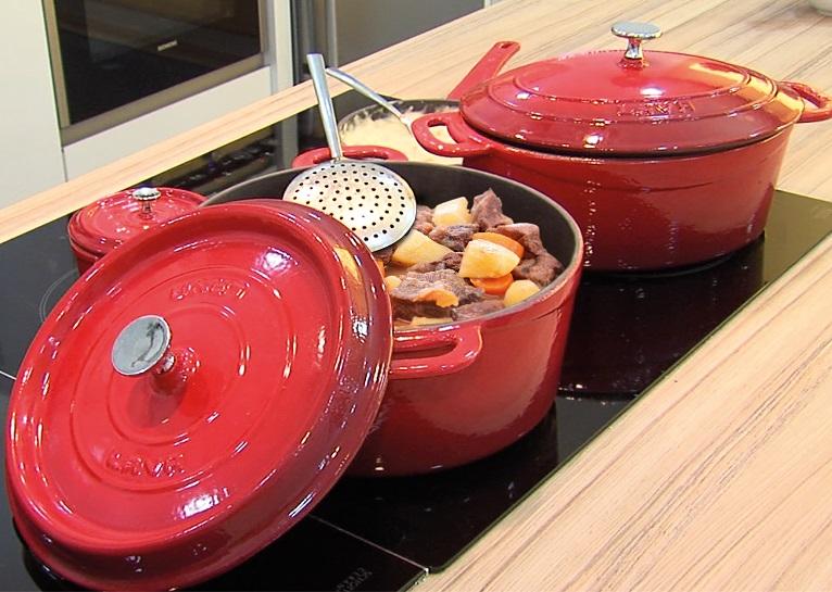 LAVA METAL Litinový hrnec kulatý 32 cm - červený