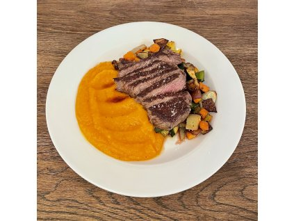 Steak z květové špičky s grilovanou zeleninou, dýňové pyré