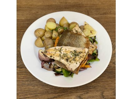 Filet ze pstruha se sezónní zeleninou, vařené brambory ve slupce