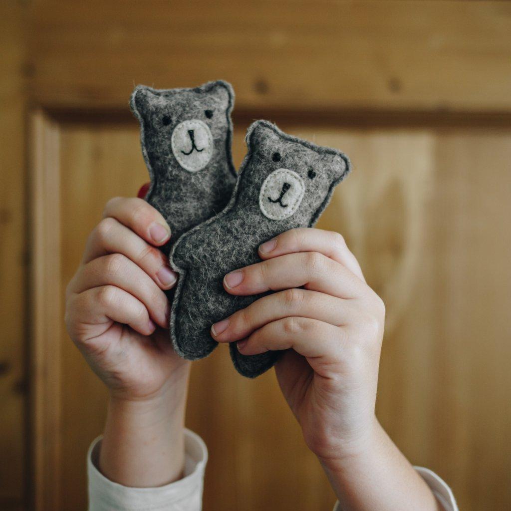 Medvěd s chrastítkem na hrazdičku