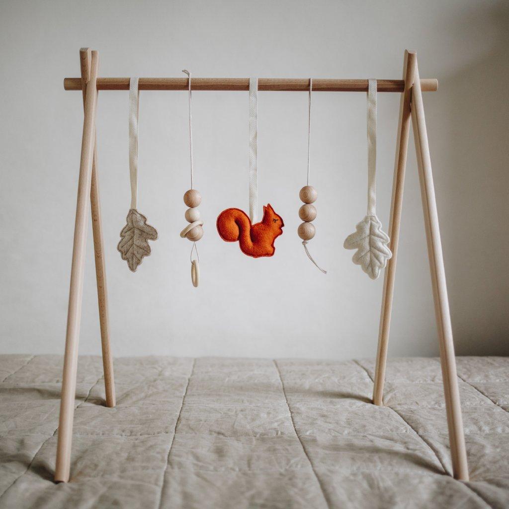 hračky na hrazdičku ze dřeva a vlny