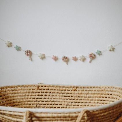 pastelová girlanda s plstěnými lízátky