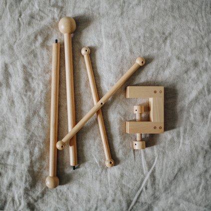 dřevěný držák ke kolotoči nad postýlku