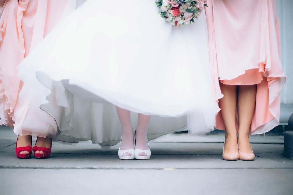 Jak vybrat nejkrásnější svatební boty pro nevěstu? Nesázejte pouze na bílé svatební lodičky