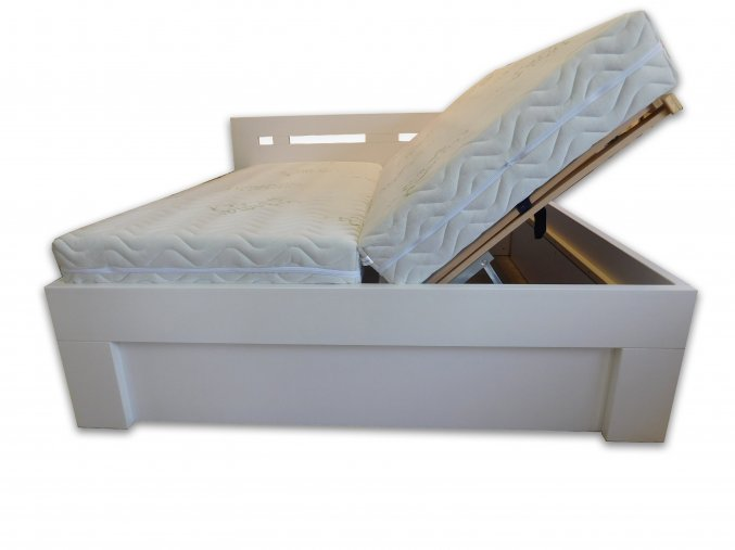 bílá postel s úl4