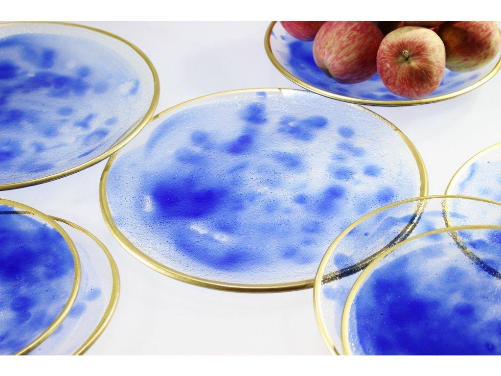 kulatý skleněný talíř s modrým dekorem a zlatým okrajem