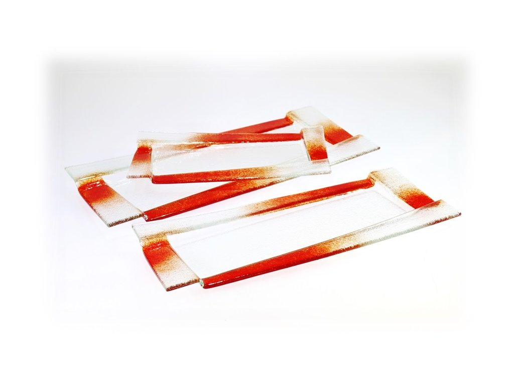 skleněné tácy s červeným dekorem