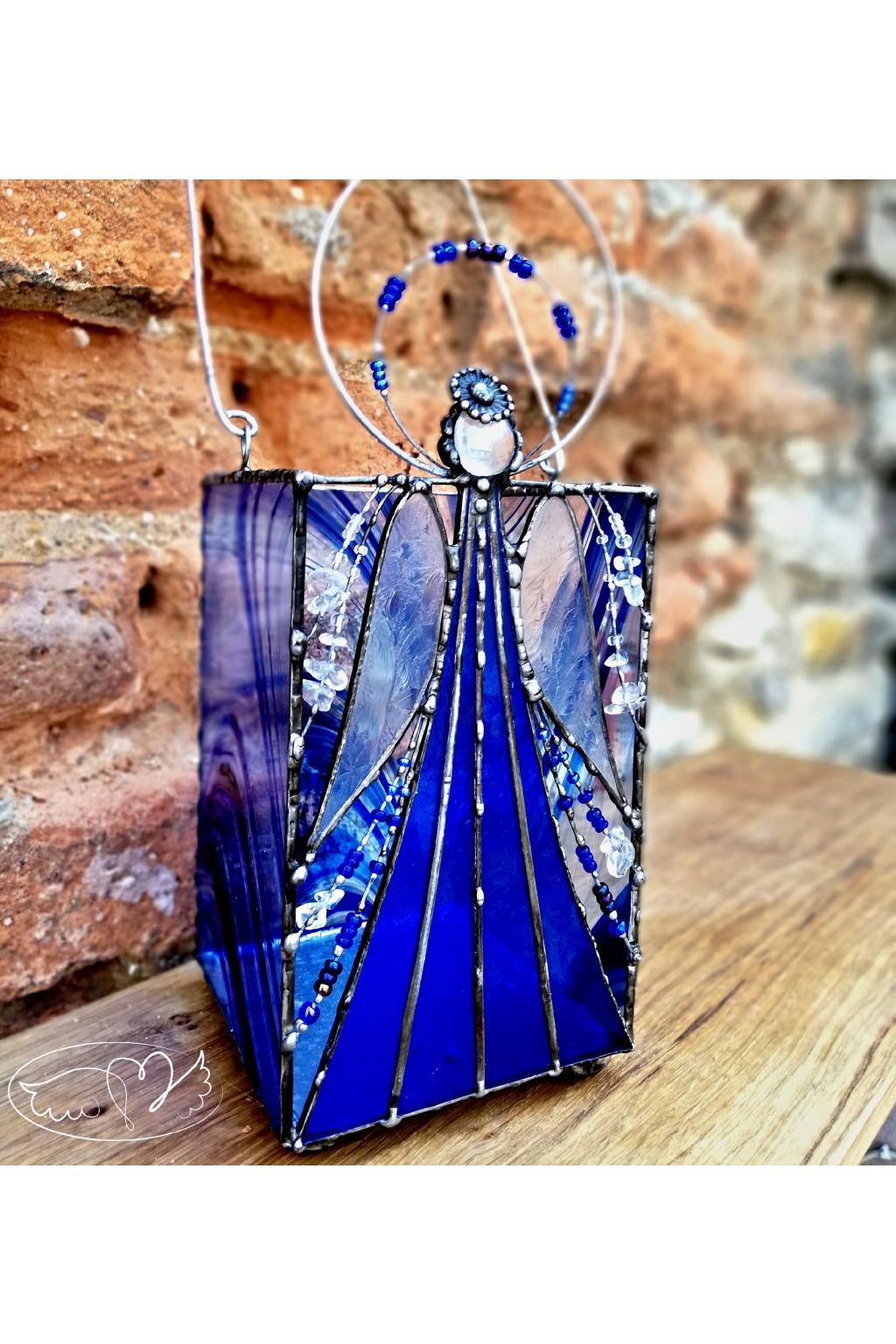 Andělská vitráž - dekorace s mnohým využitím - Modrásek 25cm
