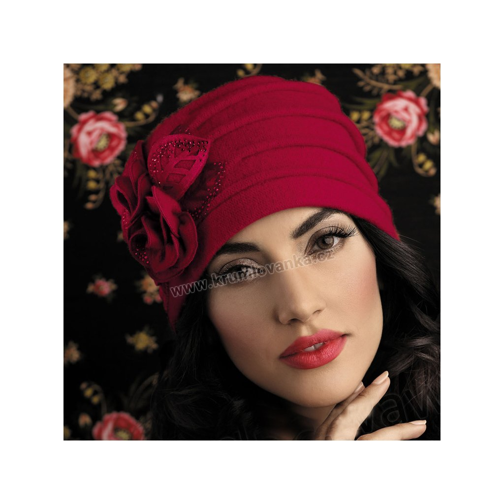 Dámská červená čepice s výšivkou a květem