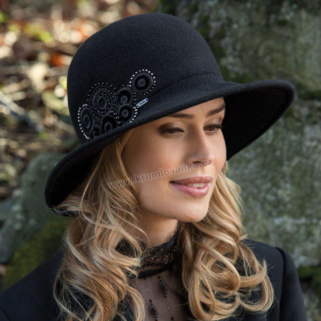 Dámský černý vlněný klobouk s výšivkou kruhy v obilí