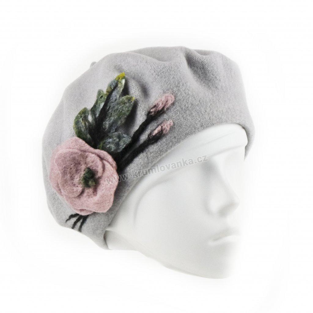 květ růžový, baret šedý