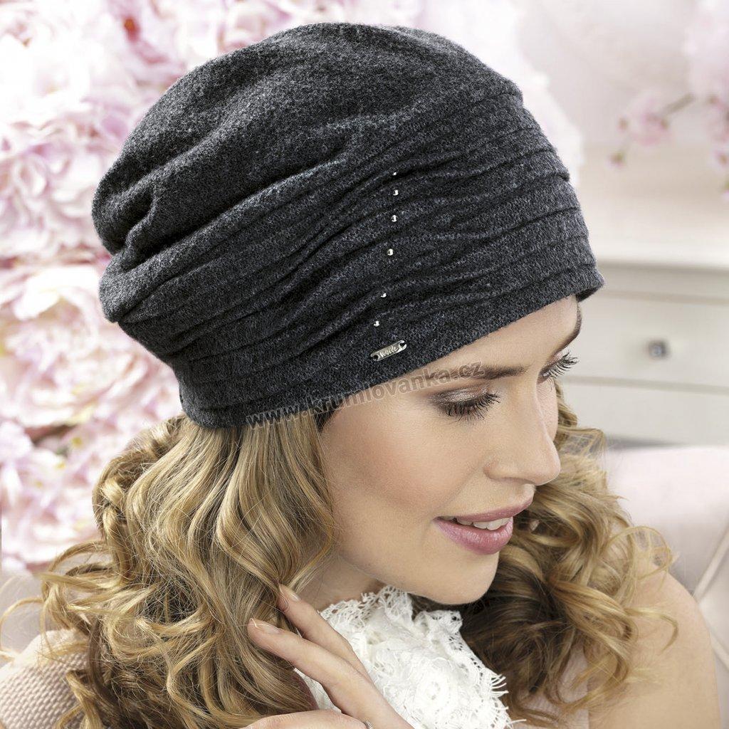 Dámská čepice s drobně skládaným lemem a perličkami