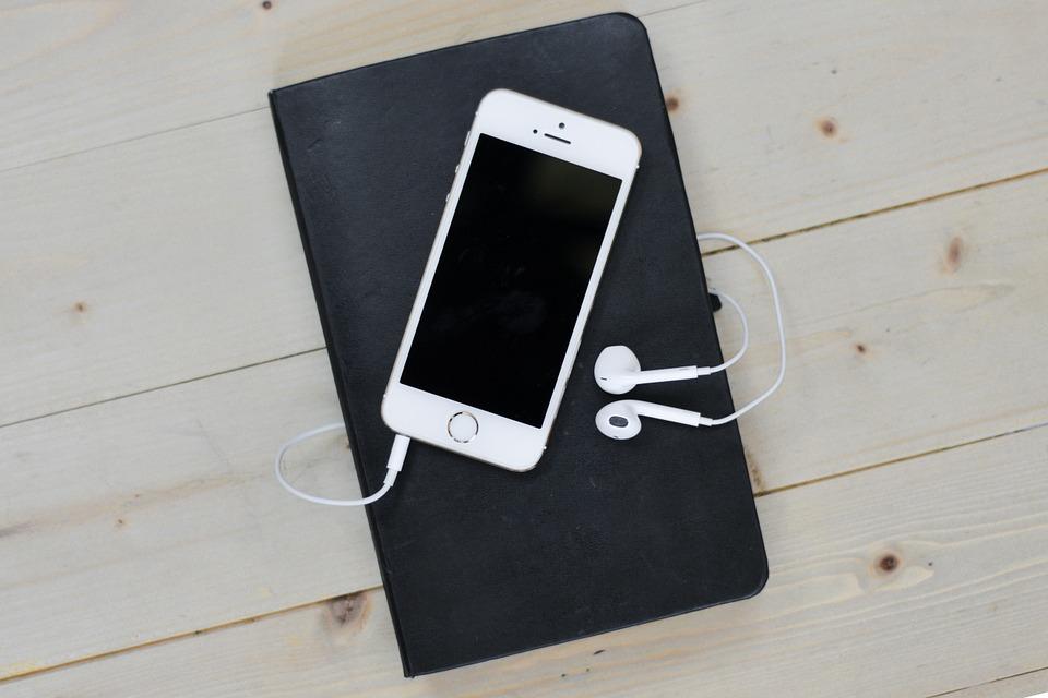 Jak vybrat sluchátka k mobilu: Jsou lepší kabelová, nebo bezdrátová?