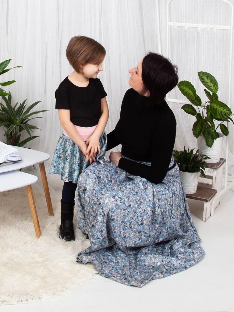 Dámská maxi sukně s kapsami a páskem, v autorském designu s motivem lučního kvítí