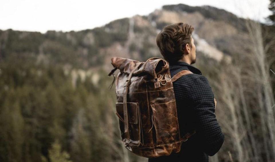 Letní manuál kožených doplňků pro muže na cestování