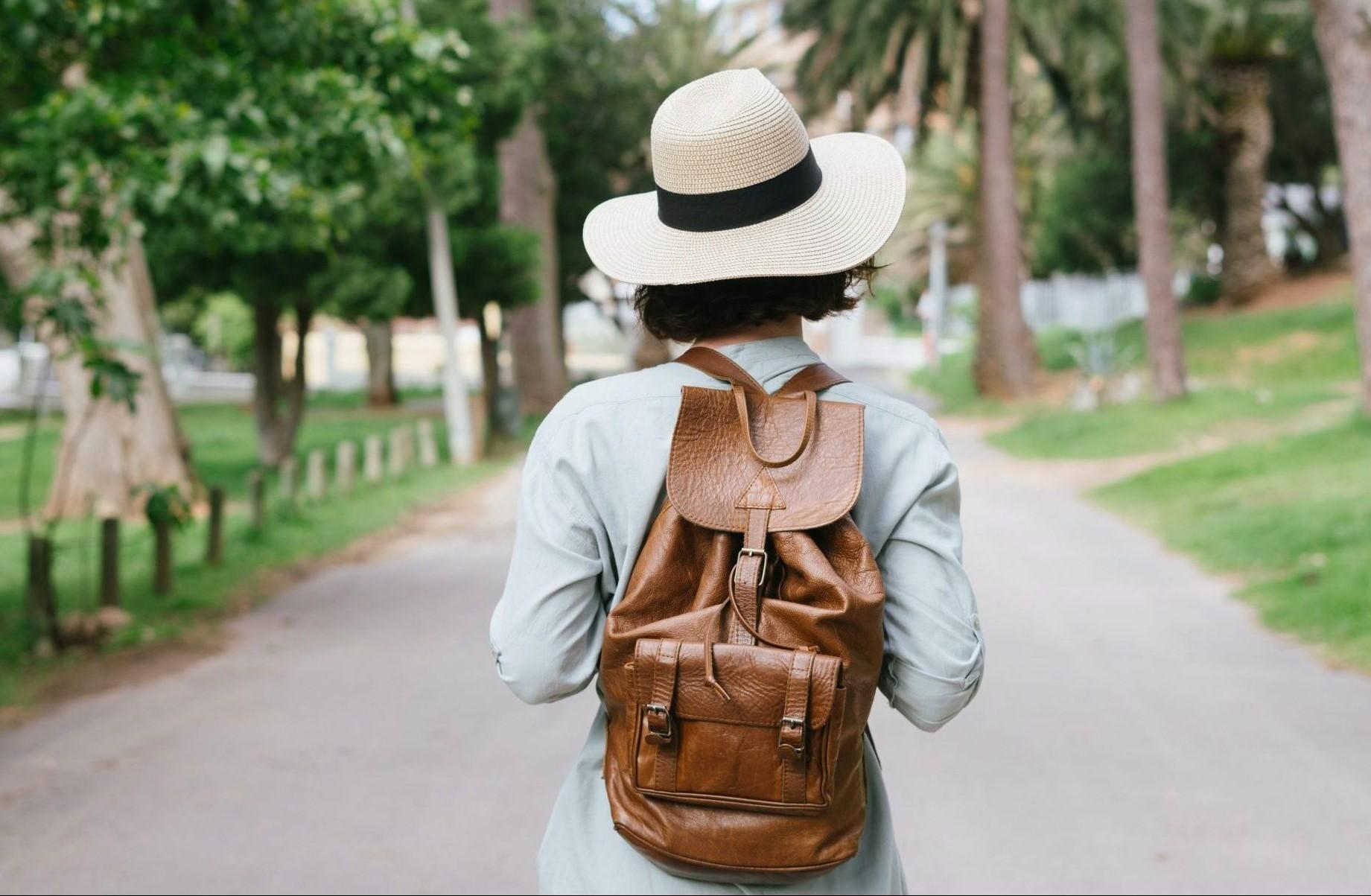 Letní manuál kožených doplňků pro ženy na cestování