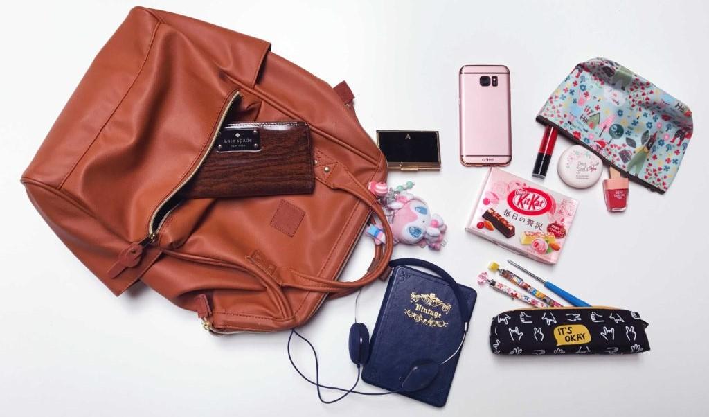 Muži versus ženy, aneb co se ukrývá v dámských a pánských taškách a kabelkách