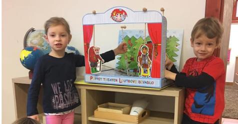 Kouzelná Montessori školička, dětská skupina pro děti od dvou do sedmi let věku dítěte testuje loutkové divadlo Marionetino