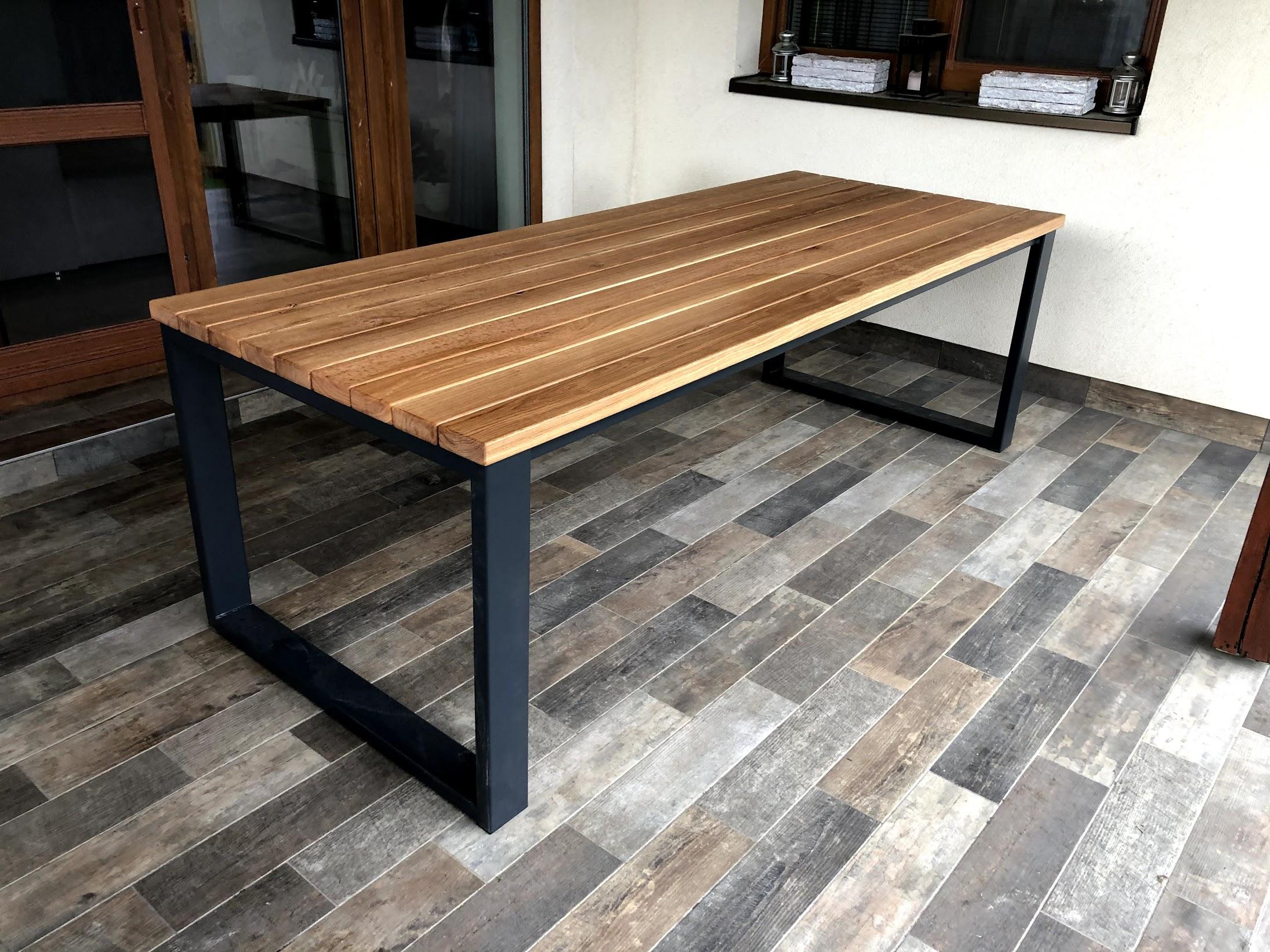 Zahradní stůl s ocelovými nohami a dubovou deskou do Tábora