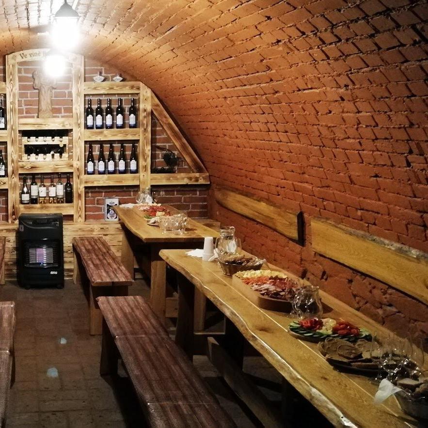 Dubové stoly v krásném vinném sklepě na jihu Moravy