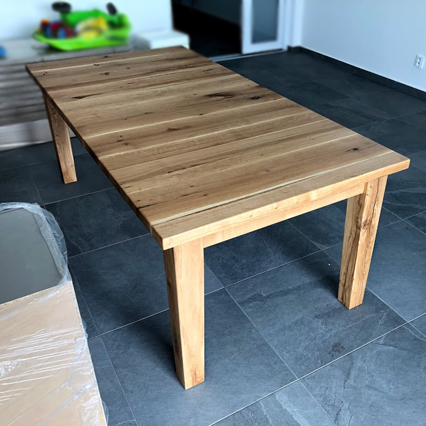 Dubový stůl s neobvyklým umístěním fošen na desce