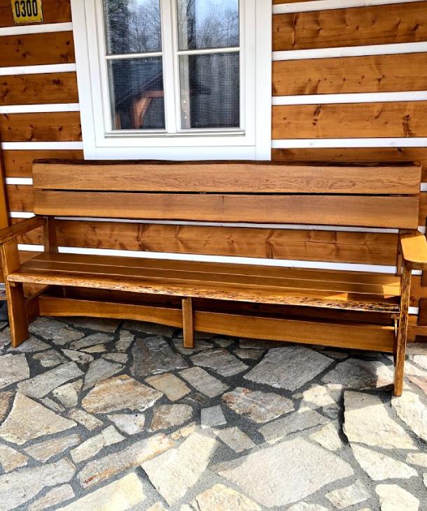 Zahradní lavice na zápraží a rustikální nábytek v pergole