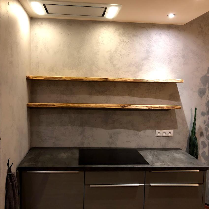 Rustikální dubové police jako součást kuchyňské linky
