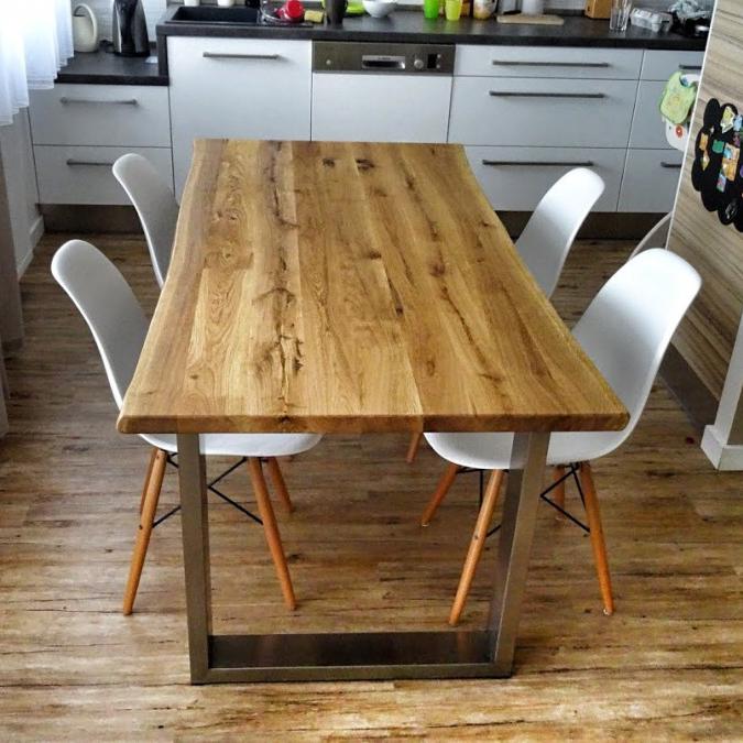 Moderní jídelní stůl s nerezovou podnoží a dubovou deskou