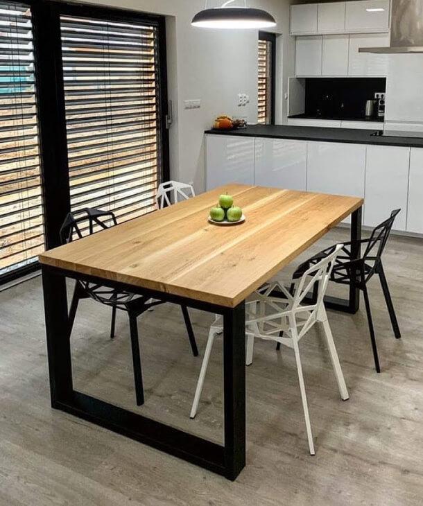 Designový jídelní stůl s ocelovou podnoží v moderním interiéru