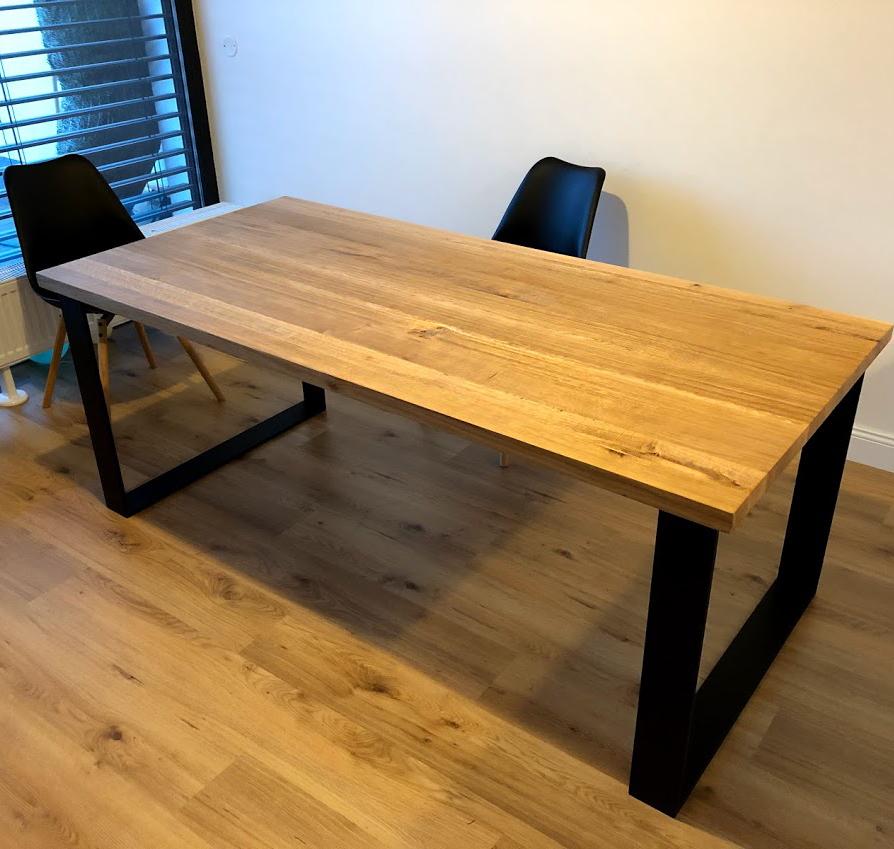 Designový jídelní stůl s ocelovou podnoží