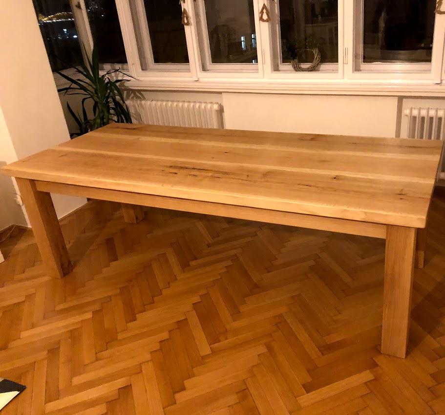 Celomasivní dubový stůl pro zákazníky v Praze